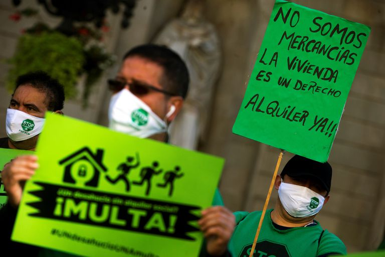 Protesta de la PAH solicitando que se obligue a los grandes propietarios a ofrecer alquileres sociales, esta semana en Barcelona.