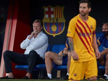 Koeman, en el banquillo, y Messi, en el campo, en el partido amistoso del Barça ante el Nàstic en el Johan Cruyff.