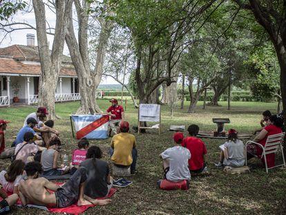 Integrantes de Proyecto Artigas en el predio Casa Nueva, en la provincia de Entre Ríos.