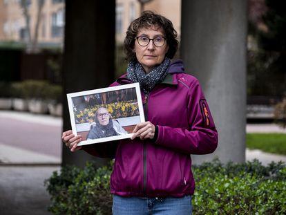 María José Burruchaga muestra una foto de su madre, Josefa, interna en la residencia del grupo Albertia en Moratalaz, Madrid, donde un brote de coronavirus ha causado varias muertes.