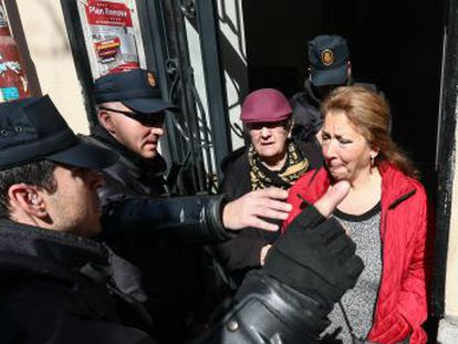 La Comisión judicial lleva a cabo el desahucio de Pepi y sus familiares, cuatro inquilinas del número 11 de la calle Argumosa. Hay seis activistas detenidos