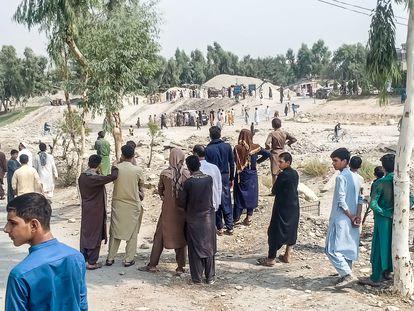 Lugar del atentado perpetrado con bomba  contra una patrulla de talibanes este domingo en Jalalabad