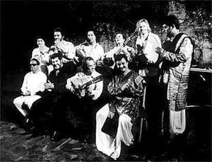Pepe Habichuela, en el centro, con la orquesta india los Bollywood Strings.