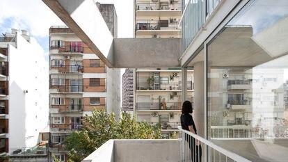 Detalle de los espacios exteriores que amplían e iluminan los pisos al tiempo que responden a la construcción de la trama urbana.