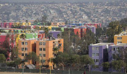 Edificios multicolores en un fraccionamiento de Tijuana.