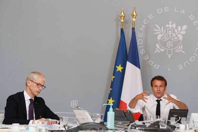 El presidente francés, Emmanuel Macron (derecha), y el ministro de Cultura, Franck Riester, hoy, durante una videoconferencia con varios miembros del sector cultural.