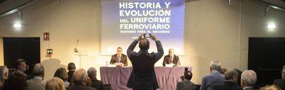 Presentación del libro 'Historia y evolución del uniforme ferroviario'. Sentados en la mesa, José Carlos Domínguez Curiel (izquierda) y Miguel Muñoz Rubio, autor de la obra.