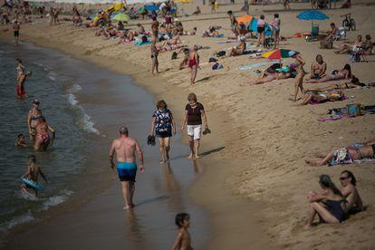 Primer día de mascarillas obligatorias en Catalunya, en las playas de Barcelona.