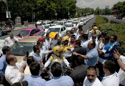 Taxistas durante una protesta contra Uber en el DF.
