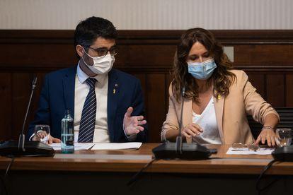 El vicepresidente catalán Jordi Puigneró (izquierda), con la ministra de Presidencia, Laura Vilagrà (derecha), presiden una sesión de trabajo en el Parlamento