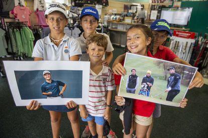 Varios niños en el club de golf Larrabea sostienen fotos de Jon Rahm, este pasado jueves.