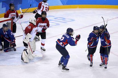 Las jugadoras del equipo unificado de Corea que compitió en los Juegos de Invierno de 2018 celebran un gol a Japón. Jean Catuffe Getty