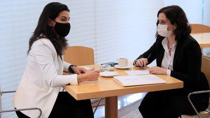 Isabel Díaz Ayuso conversa con Rocío Monasterio el pasado marzo en la cafetería de la Asamblea.