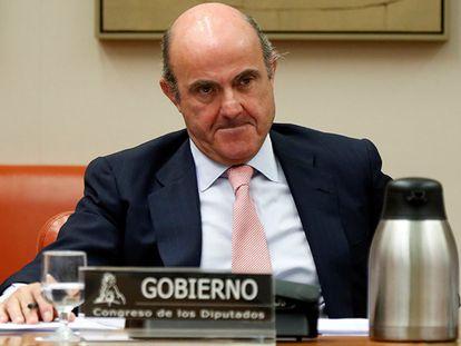 Luis de Guindos, en la Comisión de Economía del Congreso este martes.