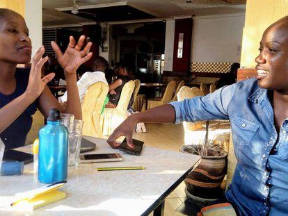 Mary Wambui y otra participante de su chama esperan al resto de miembros para su reunión anual, en la que decidirán el destino de su aportación económica mensual.