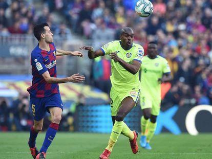 Busquets ante Nyom, en el Barça-Getafe en el Camp Nou.