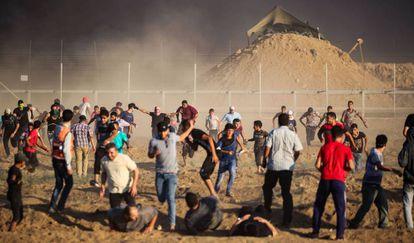 Palestinos se alejan de la valla fronteriza con Israel durante una nueva protesta, este viernes al este de la ciudad de Gaza.