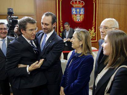 Toma de posesión del Feijóo en el año 2012. El presidente de la Xunta recibía la felicitación José Ramón Bauzá, Ana Pastor, José Manuel Romay Beccaría y la esposa del expresidente del Gobierno Mariano Rajoy, Elvira Fernández.