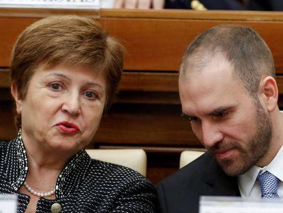 La directora ejecutiva del FMI, Kristalina Georgieva, y el ministro de Economía argentino, Martín Guzman, a principios de febrero de 2020, durante congreso sobre economía solidaria organizado por el Vaticano.