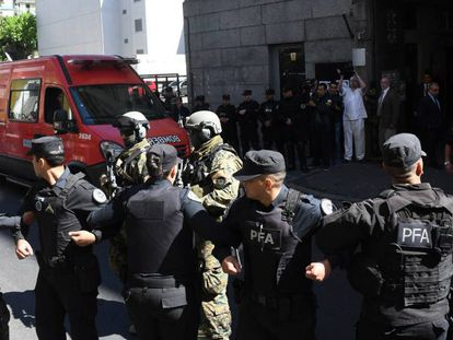 El cuerpo encontrado en el río Chubut ingresa a la morgue de Buenos Aires, rodeado de policías y militares.