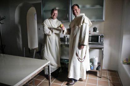 Pawel Stepkowski y Rafal Zawada bromean con una manzana en la cocina del monasterio.