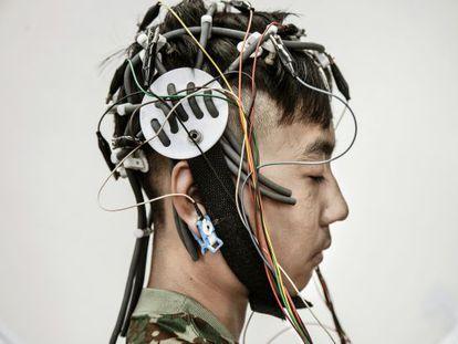 Lu Jun Song, de 13 años, se somete a un chequeo médico y a un encefalograma para conocer si sufre alguna disfunción cerebral. Es su primer día en la clínica fundada por Tao Ran, psiquiatra y coronel del Ejército Popular de Liberación, y que depende del Hospital Militar General de Pekín.