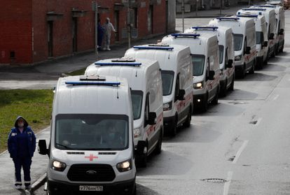 Varias ambulancias hacen cola para acceder al hospital de Pokrovskaya, San Petersburgo, el pasado 27 de abril.