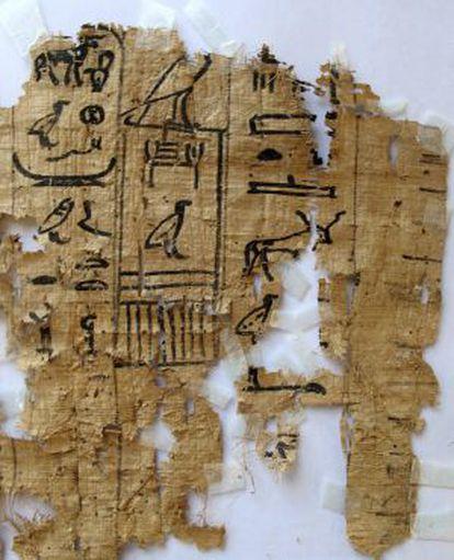 Imagen facilitada por el ministerio de Antigüedades egipcio que muestra uno de los papiros hallados.