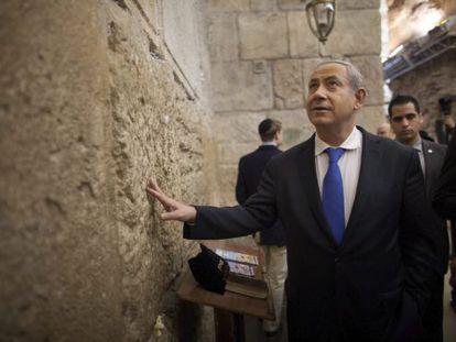 Benjamín Netanyahu reza en el Muro de las Lamentaciones tras votar.