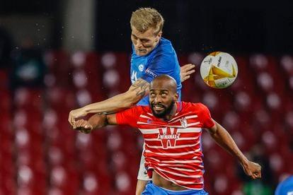 Andersen y Foulquier pelean un balón aéreo.