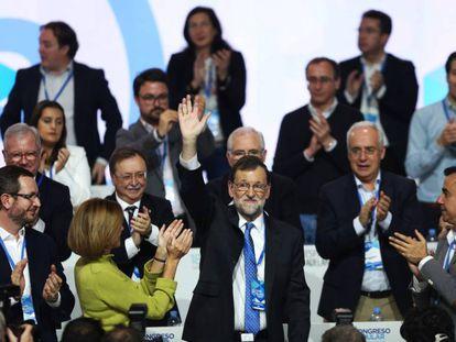 El líder del PP y presidente del Gobierno, Mariano Rajoy, es aplaudido por sus compañeros en la tercera jornada del congreso.