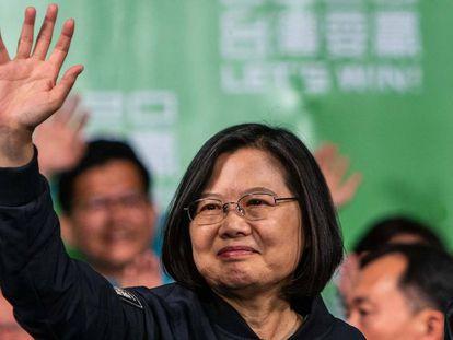 La presidenta de Taiwán, Tsai Ing-wen, saluda a sus seguidores tras su victoria.