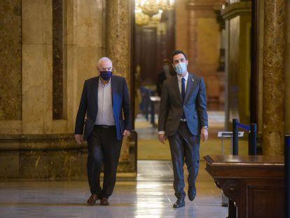 El presidente del Parlament, Roger Torrent y el diputado Ernest Maragall, en el Parlament.
