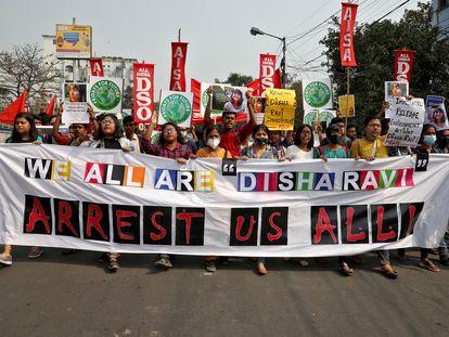 Los manifestantes gritan consignas durante una protesta contra la detención de la activista climática Disha Ravi, en Calcuta, India, el pasado 23 de febrero.
