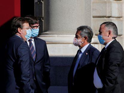 El presidente extremeño y el cántabro, a la derecha, charlan con el ministro de Sanidad y el portavoz del PRC en el Senado durante el acto por la Fiesta Nacional.