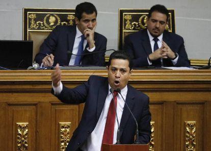 El diputado chavista William Gil habla en la Asamblea Nacional. En segundo término, Juan Guaidó y Stalin González.