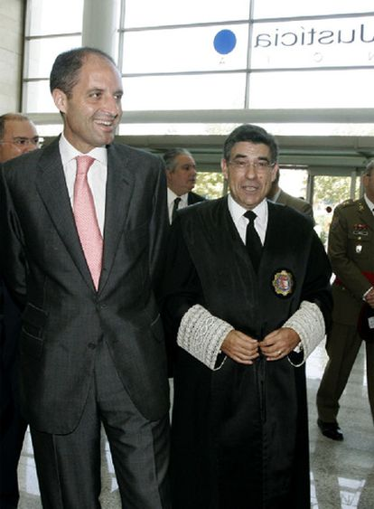Francisco Camps y el magistrado Juan Luis de la Rúa.