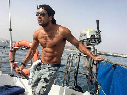 El actor Mario Casas luce su 'tableta de chocolate' en alta mar.