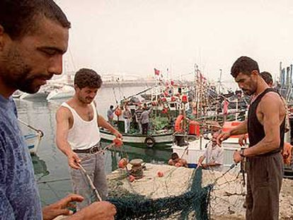 Pescadores en el viejo puerto de Tánger.