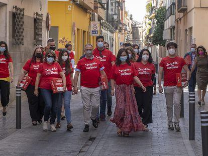 Representantes de la candidatura de Juan Espadas a las primarias del PSOE andaluz, este martes, camino de la sede del partido en Sevilla para presentar sus avales.