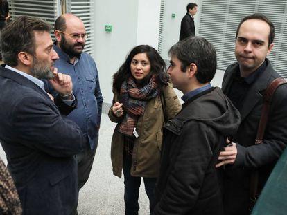 Pablo Carmona y Rommy Arce, segundo y tercera desde la izquierda, con otros concejales de Ahora Madrid: Mauricio Valiente, Jorge García Castaño y José Manuel Calvo.