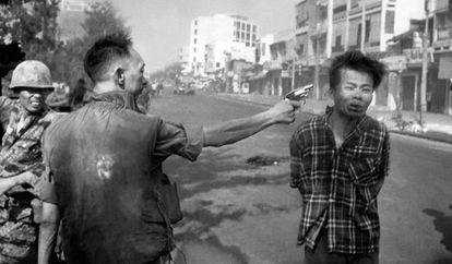 Un policía ejecuta en Saigón en plena calle a un vietcong preso.