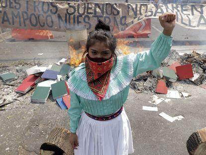 Mujer indígena otomí protestando los ataques paramilitares contra el EZLN, el pasado 12 de abril en la Ciudad de México.