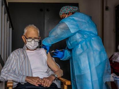 Batiste Martí , primer valenciano vacunado, en la residencia de mayores Verge del Miracle, de Rafelbuñol.