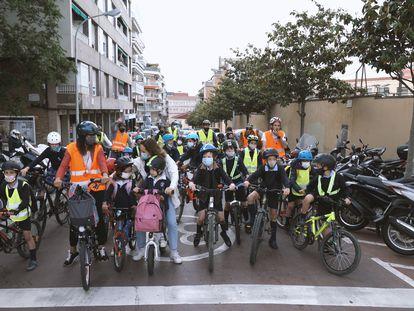 La escuela Reial Monestir de Santa Isabel, en el barrio de Sarrià, ha estrenado el proyecto del 'bicibús' en Barcelona.