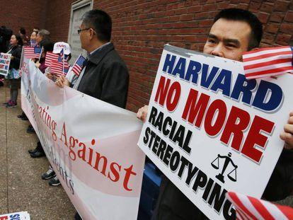 Una protesta contra la discriminación positiva de Harvard.