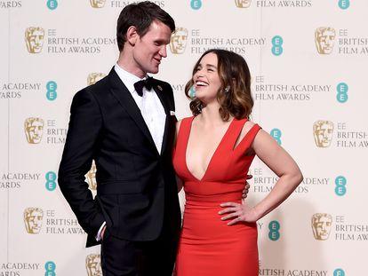 Matt Smith y Emilia Clarke posan en los premios de la Academia Británica de Cine en febrero de 2014.