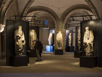 Isaac y Abraham, en primer término, junto a otras de las estatuas de Mateo expuestas en Xelmírez.