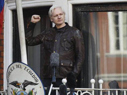 Assange se dirige a los medios en el balcón de la embajada ecuatoriana en Londres, hoy.