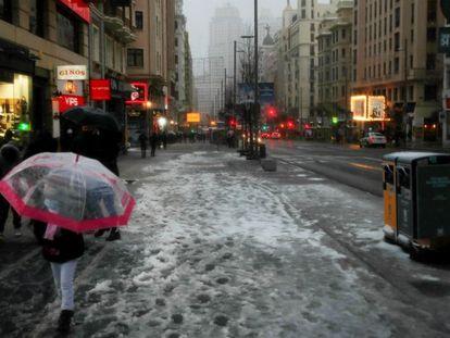 Aspecto que presentaba la Gran Vía madrileña este viernes durante la nevada causada por la borrasca Filomena.